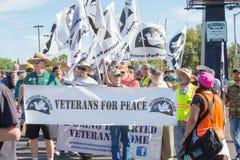 男人和妇女退伍军人的和平的在诺加莱斯, AZ 免版税图库摄影