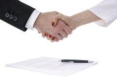 男人和妇女震动移交合同 免版税库存照片