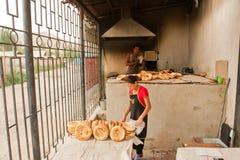 男人和妇女面包店的烹调亚洲样式面包 免版税库存照片
