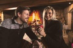 男人和妇女饮用的茶在舒适地方 免版税库存图片