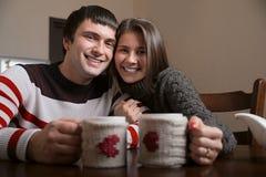 男人和妇女饮用的茶微笑 免版税库存图片