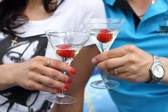 男人和妇女饮用的马蒂尼鸡尾酒 免版税库存照片