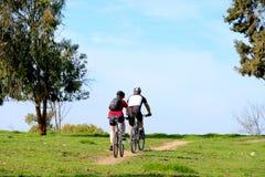 男人和妇女骑马自行车 库存图片