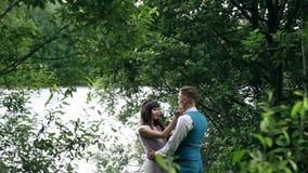 男人和妇女,在湖附近的年轻愉快的已婚夫妇 股票录像