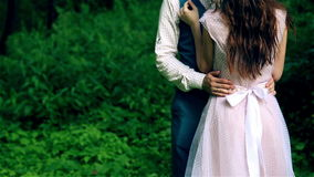 男人和妇女,站立在秀丽森林里的年轻愉快的已婚夫妇