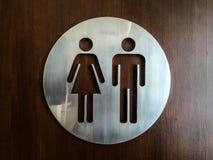 男人和妇女洗手间标志 免版税库存图片