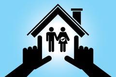 男人和孕妇在房子里 免版税库存照片