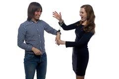 男人和沾沾自喜的少妇有手铐的 免版税图库摄影