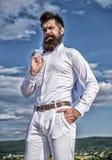 男人样式 e 人有胡子的行家正装感觉感到骄傲为他自己天空背景 免版税库存照片
