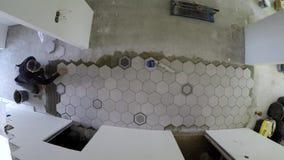 男人铺六边形瓷砖 蒂梅拉普谢 影视素材