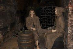 男修道士的时装模特在修道院Loucky klaster的中世纪葡萄酒库穿衣在捷克的南摩拉维亚地区 免版税库存照片