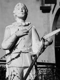 男修道士雕象有铁锹的在手中 免版税库存照片