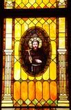 男修道士Junipero Serra彩色玻璃教会 免版税图库摄影