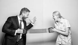 男女平等和歧视 性别竞争概念 舒展扩展器反面的男人和妇女 ?? 免版税库存照片