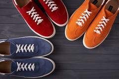 男女皆宜的绒面革运动鞋顶视图在灰色木板条的 库存图片