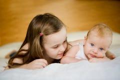 男婴他的姐妹 免版税库存照片