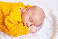 男婴作梦新出生 库存照片