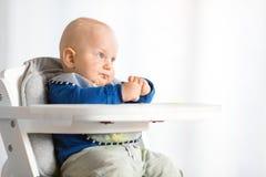 男婴吃与BLW方法的,婴孩带领了断绝 库存图片