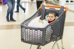男婴在一辆台车在购物中心哭泣 免版税库存照片