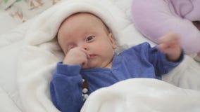 男婴在他的小儿床在 影视素材