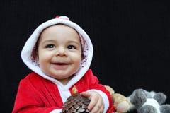 男婴在使用圣诞老人的衣服,黑背景 免版税库存图片