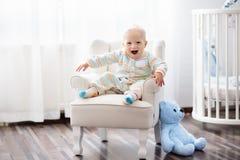 男婴在卧室 开玩笑空间 孩子的床 库存图片
