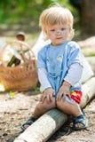 男婴坐脏污 免版税库存图片