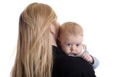 男婴小她的母亲的肩膀 免版税库存照片