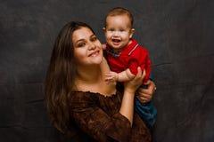 男婴愉快的母亲 免版税库存图片