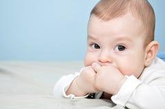 男婴摆在 免版税库存照片