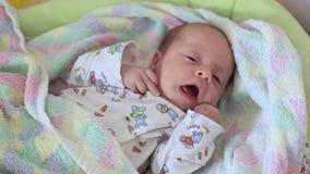 男婴是在小儿床 影视素材
