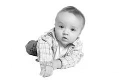 男婴爬行的楼层 图库摄影