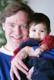 男婴爸爸骄傲的他的 免版税图库摄影