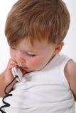 男婴联系在电话 库存图片