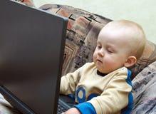 男婴膝上型计算机使用 库存照片