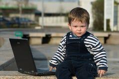 男婴膝上型计算机 库存图片