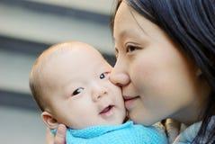 男婴逗人喜爱的母亲 库存图片