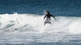 男子气概的海滩的冲浪者 免版税库存图片