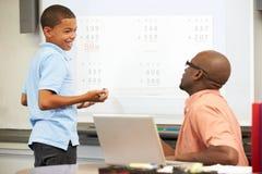 男学生在Whiteboard的文字答复 免版税库存图片