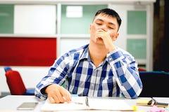 男学生研究在校园里|不耐烦和疲倦于考试 免版税库存图片