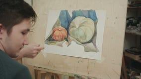 年轻男学生绘画水彩静物画 股票视频