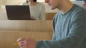 男学生读科学书 股票录像