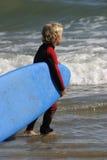 男孩一点准备好冲浪 免版税库存图片