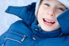 男孩一点有室外乐趣的冬天 免版税库存照片