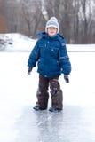 男孩一点有室外乐趣的冬天 免版税库存图片