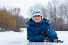 男孩一点有室外乐趣的冬天 免版税图库摄影