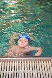 男孩一点池游泳 库存图片