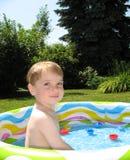 男孩一点池游泳 免版税图库摄影