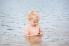 男孩一点海洋开会 免版税库存图片