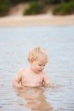 男孩一点海洋开会 免版税图库摄影